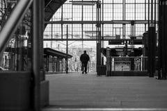 Der einsame Mann auf Bahnstation in Prag Stockfoto