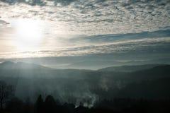 Der einsame Reiter gegen einen Sonnenuntergang in den Bergen Stockfoto