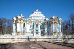 Der Einsiedlerei-Pavillon in Catherine-` s Park an einem sonnigen April-Tag Tsarskoe Selo Lizenzfreie Stockbilder