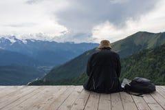 Der einzelne Reisende, der auf Berge aufpasst, gestalten, durch Mestia, Georgia landschaftlich Lizenzfreie Stockfotografie