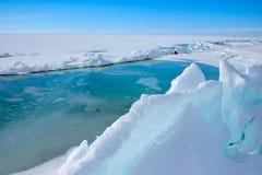 Der Eishügel auf See Balkhash Stockfotos