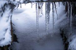 Der Eiszapfen und der Schnee Lizenzfreies Stockfoto