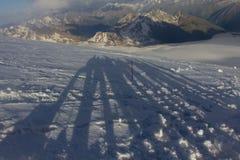 2014 07 der Elbrus, Russland: Der Schatten einer Gruppe von Personen auf dem Aufstieg Lizenzfreie Stockbilder