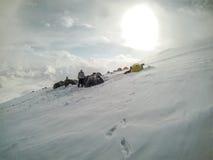 2014 der Elbrus, Russland: Einige Zelte auf Pastukhov-Felsen Stockfotografie