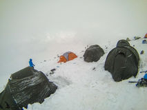 2014 der Elbrus, Russland: Einige Zelte an einer Höhe von 5200 Stockbild
