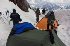 2014 07 der Elbrus, Russland: , Einige Zelte an Station Schutz 11 Stockfotografie