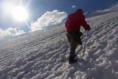 2014 07 der Elbrus, Russland: Einzelner Mann klettert den Elbrus während des Trainings Stockfotos