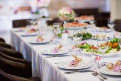 Der elegante Abendtisch am Restaurant Stockbilder