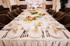 Der elegante Abendtisch am Restaurant Lizenzfreies Stockfoto