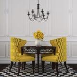 Der elegante Innenraum des Esszimmers mit gelben Stühlen Lizenzfreies Stockfoto