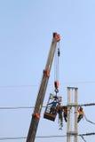 Der Elektriker, der auf Höhe schließen arbeitet vorbei, einen Hochspannungsdraht an Lizenzfreies Stockfoto