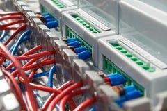 Der elektrische Draht, der in den Kabelkanal gelegt wird, wird an die elektronischen Geräte angeschlossen Lizenzfreie Stockfotografie
