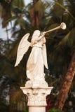 Der Engel im Weiß brennt die Trompete durch lizenzfreies stockbild