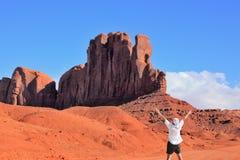 Der enthusiastische Tourist in einem weißen Hemd lizenzfreies stockbild