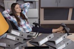 Der entspannte Sekretär interessiert nicht sich für Arbeit stockfotos