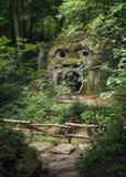 Der entsteinte Schrei im folies Wald von Parc Mondo Verde lizenzfreies stockbild