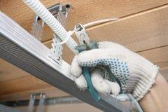 Der Erbauer legt die elektrischen Leitungen Stockfotos