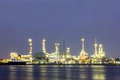 Erdölraffineriestandort mit Dämmerung stockbild