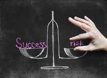 Der Erfolg und das Risiko an der unterschiedlichen Skalazeichnung mit Kreide auf t Stockfotos