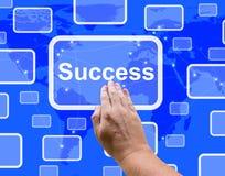 Der Erfolgs-Knopf, der durch eine Hand gedrückt wird, zeigt Leistung und Det Lizenzfreies Stockfoto