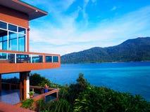 Der Erholungsort auf der Insel mit blauem Meer und klarem Himmel Lizenzfreie Stockfotos