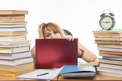 Der erschrockene Student schaut von hinten Laptop Stockfotografie