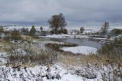 Der erste Schnee auf dem See stockbild