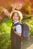 Der erste Sortierer, der über schön blühenden Busch steht Lizenzfreies Stockfoto