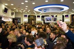Der Ersterwerber des neuen iPone6 in Russland hält den Kauf in den Händen von Stockbild