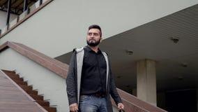 Der erwachsene Geschäftsmann, der Abnutzung der zufälligen Art trägt, senkt über Treppe von im Herbsttag draußen errichten stock video footage