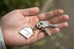 Der Erwerb von Schlüsseln von der Wohnung stockfotos