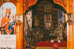 Der Erzbischof dient an der göttlichen Liturgie im Altar der orthodoxen Kirche Lizenzfreies Stockfoto