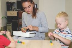 Der Erzieher beschäftigt das Kind im Kindergarten Kreativität und Entwicklung des Kindes lizenzfreie stockfotografie