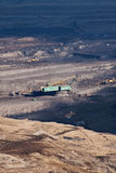 Der Exkavator in der Kohle im Tagebau lizenzfreie stockbilder