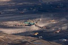 Der Exkavator in der Kohle im Tagebau stockfotografie