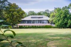 Der exklusive Diplomat Club und das Restaurant nahe Herastrau parken stockfotos