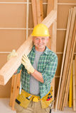 Der fällige Heimwerkertischler tragen hölzernen Lichtstrahl Lizenzfreie Stockfotografie