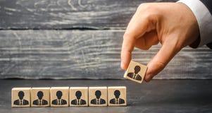 Der Führer errichtet Team von den Würfeln mit Angestellten Geschäftsmann auf der Suche nach neuen Angestellten und Spezialisten P lizenzfreie stockfotografie