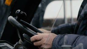 Der Fahrer betreibt den Gabelstapler stock video