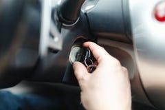 Der Fahrer des Mannes erreicht ein Auto mit einem Schlüssel Lizenzfreies Stockfoto