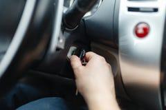 Der Fahrer des Mannes erreicht ein Auto mit einem Schlüssel Lizenzfreie Stockfotografie