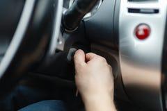 Der Fahrer des Mannes erreicht ein Auto mit einem Schlüssel Stockfotografie