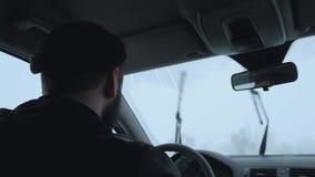 Der Fahrer fährt das Auto stock video footage