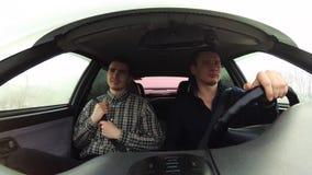 Der Fahrer geht berühmt zu fahren Passagier, der für den Sicherheitsgurt hält stock video footage