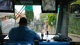 Der Fahrer vom funikulären von hinten Lizenzfreie Stockbilder