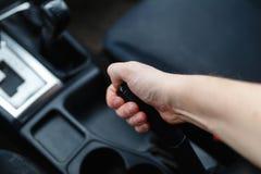 Der Fahrer zieht den Handbremshebel Stockfoto