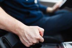 Der Fahrer zieht den Handbremshebel Lizenzfreie Stockfotografie