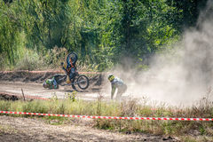 Der Fall des Reiters im Wettbewerb im Motocross lizenzfreie stockfotos