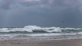 Der Fallschirm des Surfers in einem stürmischen Himmel über den schäumenden Wellen des Mittelmeeres stockbild