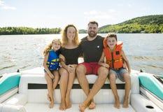 Der Familie Bootfahrt heraus, die zusammen Spaß auf freier Stelle hat stockfotos
